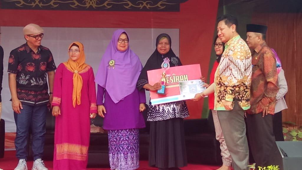 Ibu Nurila saat mengambil penghargaan dari Dinas Arsip dan Perpustakaan Daerah Kab. Bangka Barat